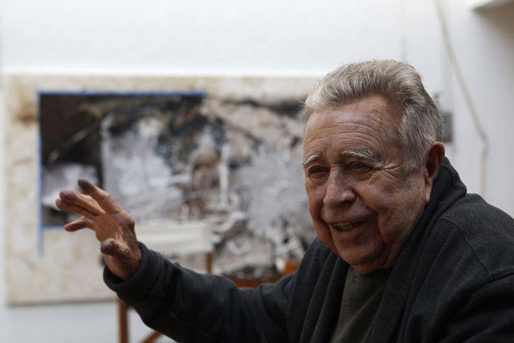 El pintor y escultor mexicano Manuel Felguérez, en su taller de Ciudad de México, durante una entrevista con Efe en el año 2017.