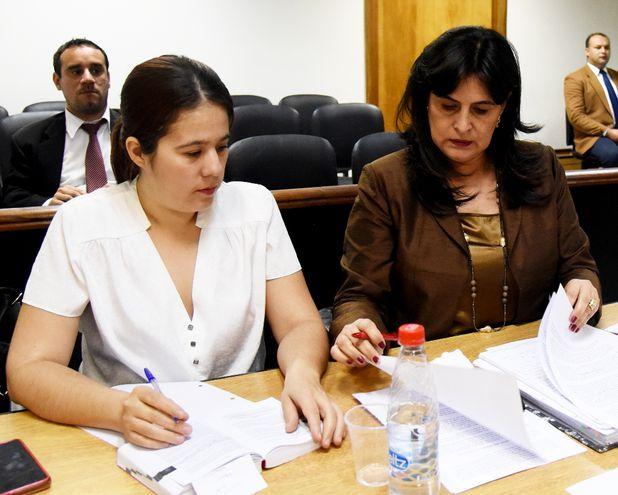 La fiscala Victoria Acuña (der.) dijo que van a leer la sentencia y luego plantearán la apelación.