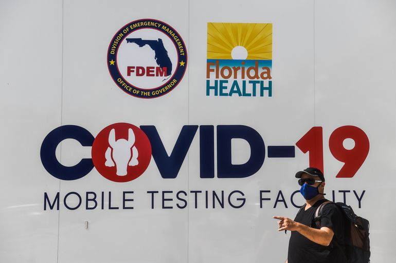 Un hombre camina junto a una estación móvil de pruebas de COVID-19 en Miami, Florida.
