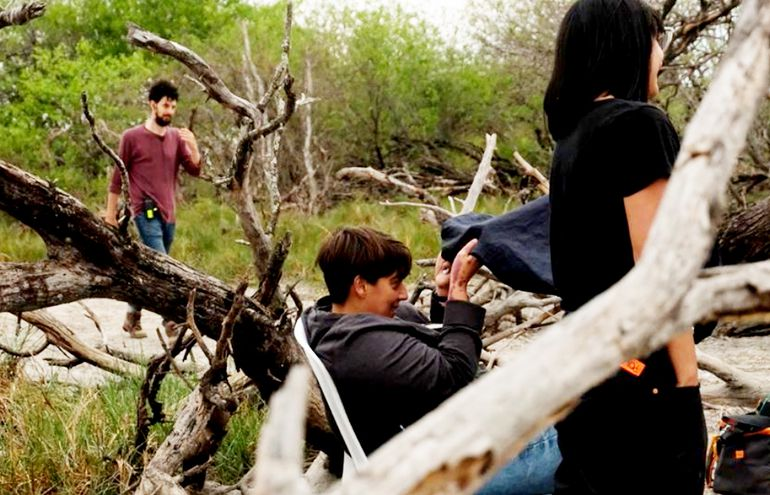 Paz Encina (centro) junto con integrantes de su equipo de rodaje, durante una de las jornadas de filmación en territorio chaqueño.