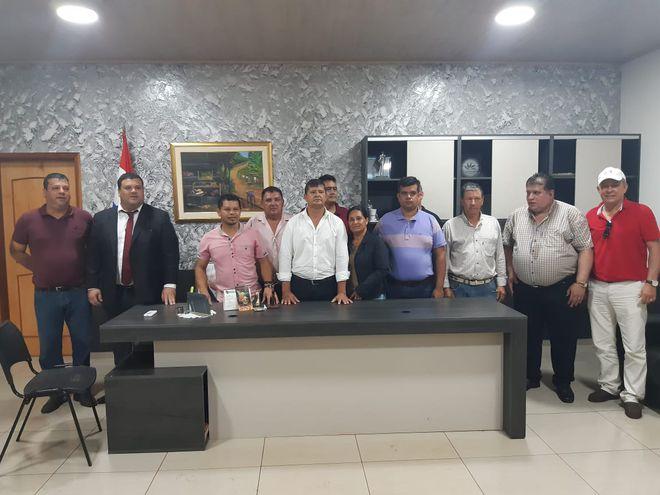 Everaldo Acosta (ANR, abdista), en el centro con camisa blanca, en el despacho de la intendencia de Juan E. O´Leary, acompañado de concejales y dirigentes aliados.