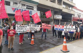 Manifestación llevada a cabo días atrás por parte de la Corriente Sindical Clasista frente al IPS, para exigir el pago de aguinaldo.