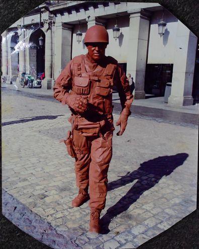 Lucio Ramírez con su vestimenta de soldado de barro en la Plaza Mayor de Madrid. Gentileza.
