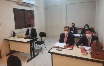 A la derecha el exrector Froilán Peralta y su abogado Juan Villalba, atrás Yamil Colucci y María del Carmen Martínez; a la izquierda el fiscal Luis Said.
