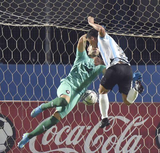La jugada que sentenció anoche en la Olla. El cabezazo de Lito Duarte que venció a Muñoz en el 2-2 de Guaireña.
