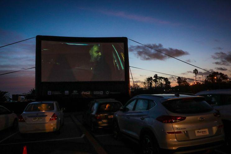 El autocine del Faro de Punta Carretas, en Montevideo, donde los uruguayos pueden ver películas pese a la pandemia.