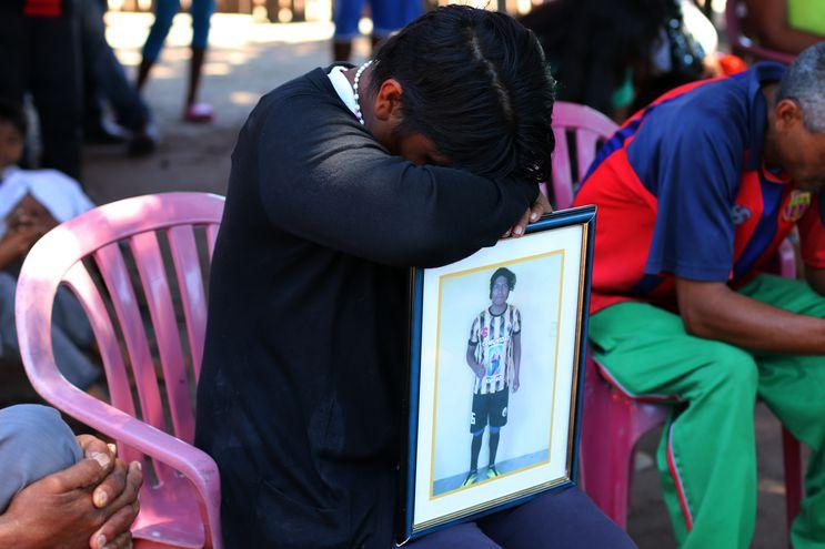 Graciela Vera llora en silencio sobre la fotografía de su hijo, Mauro Iván Caballero, víctima fatal del accidente.