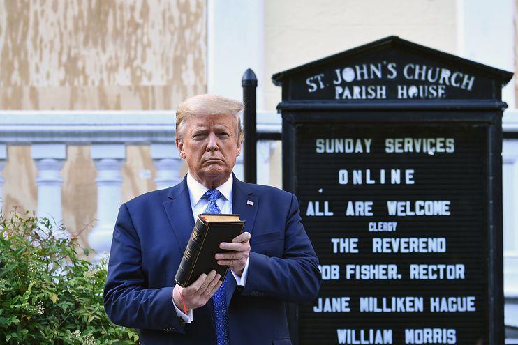 El presidente estadounidense Donald Trump frente a una iglesia dañada durante los disturbios del domingo en Washington.