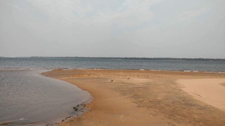 El río Paraná en zona Coratei, con escaso caudal.