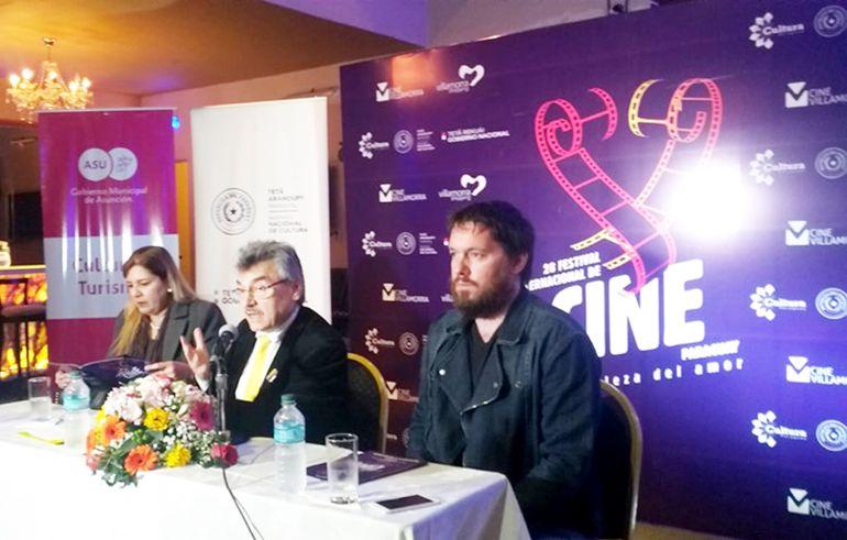 Hugo Gamarra Etcheverry (c), junto a Guillermina Villalba y Diego Segovia, en la presentación.
