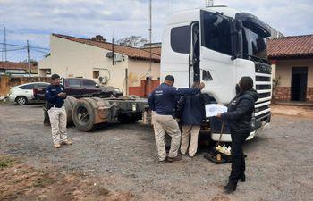 Personal de Inspección Técnica Vehicular verifica el número de chasis del camión.