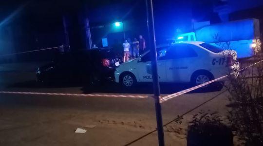 Una patrullera de la Policía Nacional y el automóvil involucrado en el incidente.
