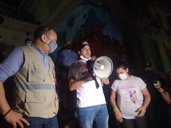 El padre de Bianca y el viceministro Julio Rolón hacen el anuncio.