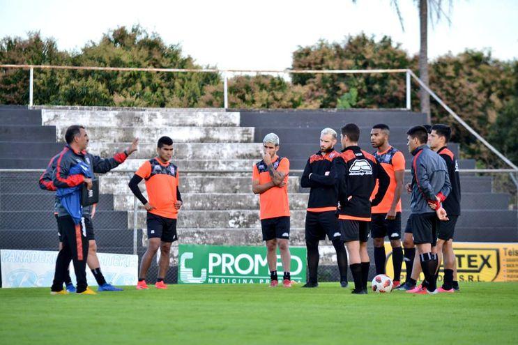 """Los futbolistas del """"Machetero"""" esuchan atentamente las indicaciones de Pedro Sarabia."""