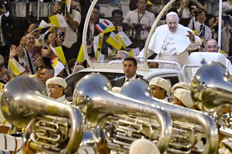 Cientos de católicos reciben con entusiasmo al papa Francisco (decha), ayer jueves a su llegada al estadio nacional de Bangkok (Tailandia), donde tiene previsto celebrar una misa multitudinaria. Es el primer pontífice en visitar Tailandia en 35 años. La visita del papa se produce cuando se cumple el 350 aniversario del establecimiento de la primera misión católica en Siam, como se conocía Tailandia en 1669.