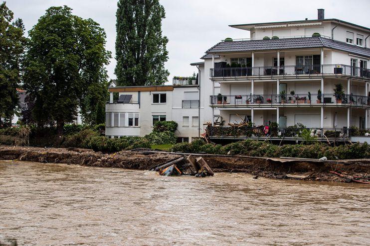 Una excavadora es arrastrada por el agua de la inundación en Bad Neuenahr, Alemania, el 16 de julio de 2021.