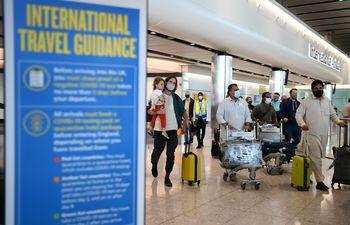 Viajeros llegan al aeropuerto de Heathrow en Londres, Gran Bretaña, el 8 de junio de 2021.