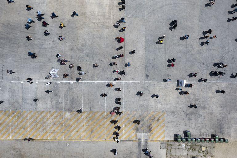 Vista aérea de una fila de gente que espera votar en el referéndum constiucional, cerca del Estadio Nacional de Santiago.