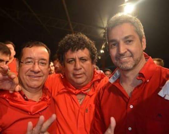 El intendente de Escobar Elvio Ruíz Díaz (centro), junto al diputado desaforado Miguel Cuevas y el presidente de la República Mario Abdo Benítez.