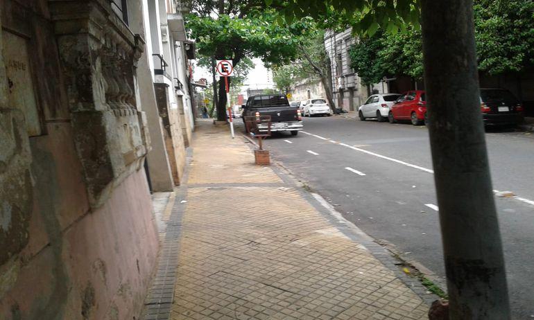 Vehículo mal estacionado, sobre la bicisenda de Iturbe.