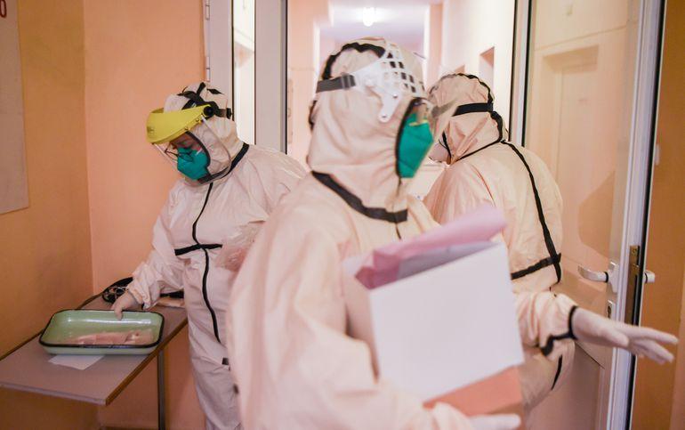 Trabajadores médicos en la sección para pacientes con covid-19 de un hospital en Shumen, Bulgaria.