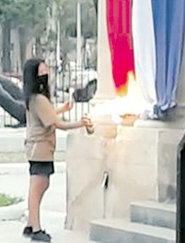 Momento en el que Paloma Chaparro quema la bandera.