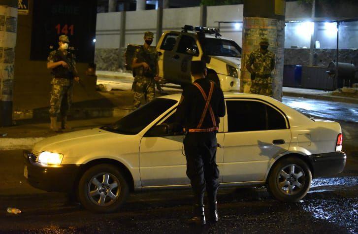 """Un policía conversa con un conductor debajo del viaducto de """"Cuatro Mojones"""" en la madrugada del domingo 14 de marzo de 2021."""
