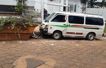 El vehículo quedó con daños tras chocar contra el contenedor.