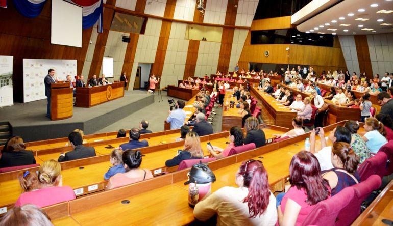 La sala bicameral del Congreso contó con numerosos invitados para la presentación del proyecto de ley para eliminar la pobreza.