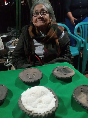 La artesana Rosalina Robles mostrando su arte en barro y el mbejü tova