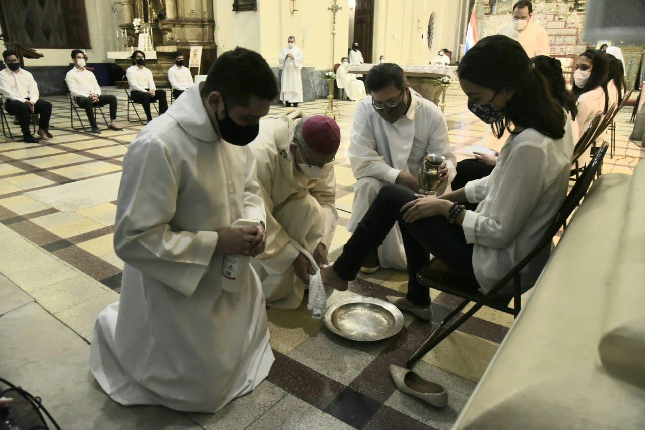 El arzobispo Edmundo Valenzuela realizó el lavado de pies como parte de la celebración de la misa, esta noche.