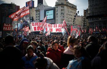 Cientos de personas se movilizaron este jueves contra el gobierno de Mauricio Macri por la crisis económica en Buenos Aires.