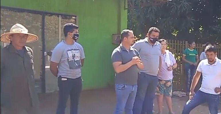 La manifestación de los moradores fue frente al domicilio del intendente Clementino Portillo (PLRA) quien aparece con las manos juntadas en el pecho.