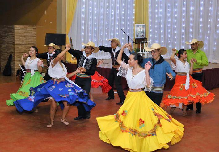 Los pobladores acompañaron la tradicional serenata en honor a la festividad de su santo patrono.