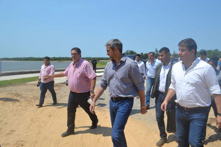 El presidente Mario Abdo Benítez (c) durante su visita a Villa Florida, este viernes.