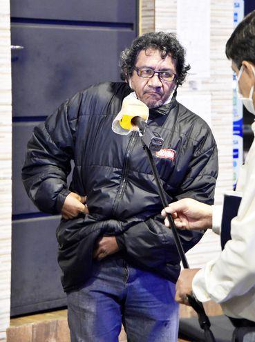 Alejandro Morán grafica cómo el delincuente le intimó a que entregue la recaudación de la noche.
