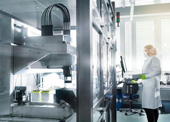 Las biotecnológicas  Pfizer y BioNTech anunciaron que su vacuna anticovid, aún en desarrollo, presenta una eficacia del 90% frente a  la enfermedad, según el análisis de estudios preliminares.