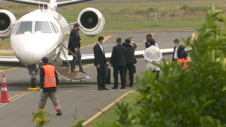 Mauricio Macri y Horacio Cartes se abrazan a la llegada del primero a Paraguay. El ex presidente paraguayo no usó tapabocas.