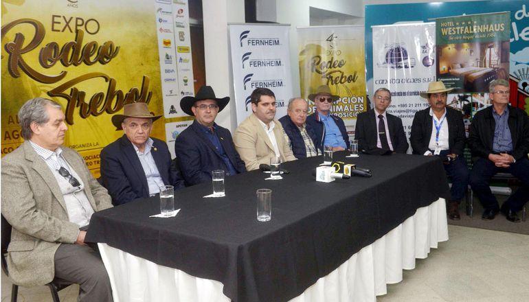 Conferencia de prensa en el stand del Senacsa para presentar la 45 edición de la Expo Rodeo Trébol, que se hará del 10 al 18 de agosto en Chaco Central.