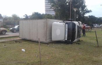 El camión volcado luego del accidente.