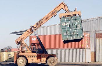 Las exportaciones e importaciones registraron fuertes disminuciones en el tercer mes del año.