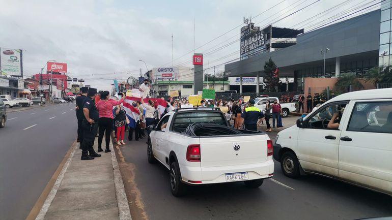 Escribanos bloquean la avenida Eusebio Ayala, frente al Registro Civil.