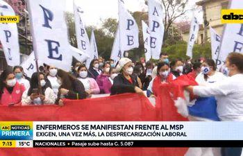 Enfermeras se manifiestan frente al ministerio de Salud
