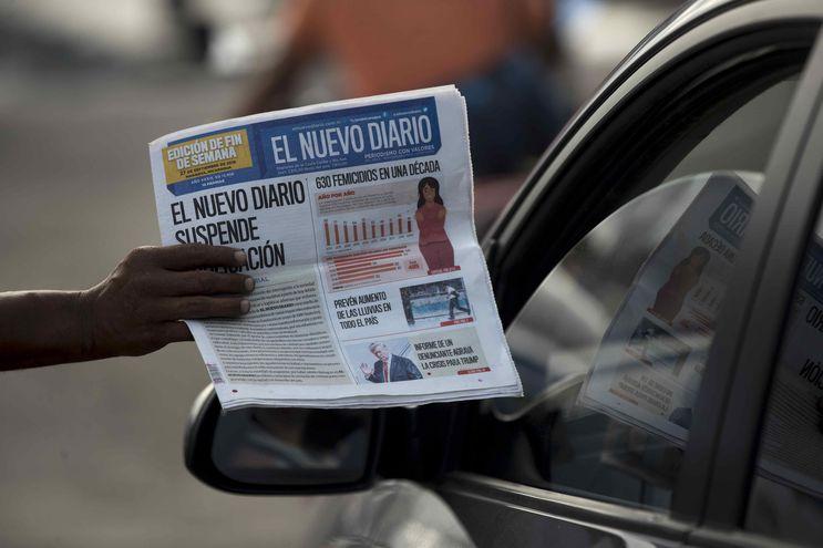 Un canillita ofrece la última edición del periódico El Nuevo Diario hoy, en una calle de Managua (Nicaragua).