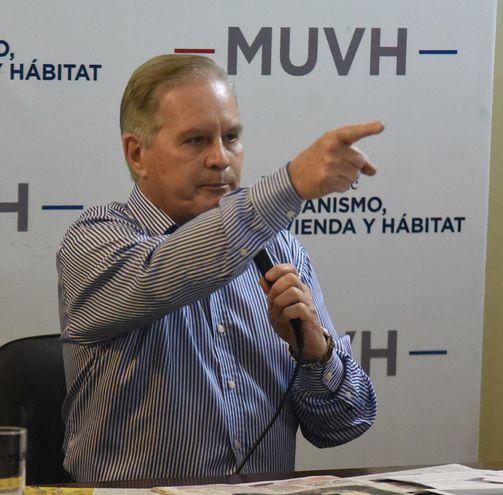 El ministro de Urbanismo, Dany Durand, en conferencia de prensa demostró una actitud hostil hacia los comuniicadores que acudieron a la conferencia de prensa convocada por su institución.