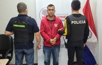 Uno de los brasileños expulsados fue identificado como Adriano Da Silva Cunha.