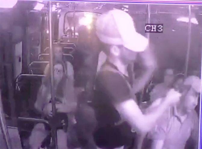 Momento en el que uno de los ladrones coloca la pistola contra la cabeza del chofer.