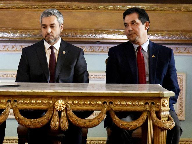 El flamante ministro del Interior, Euclides Acevedo, ante el titular de la Corte Eugenio Jiménez, el presidente Mario Abdo Benítez y el vicepresidente del Senado Martín Arévalo, ayer a la tarde.
