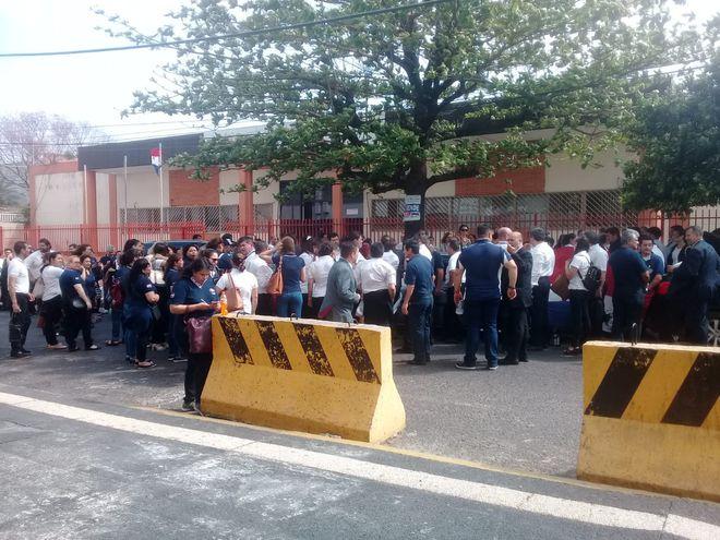 Protesta de funcionarios en la parte posterior del Palacio de Justicia.