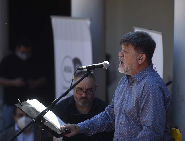 """Ricardo Flecha durante el concierto inaugural de la gira """"La guarania florece en los territorios de la patria"""", celebrado en Asunción."""
